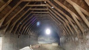 L interno della stalla con le travi di legno antico 300x169 - L_interno_della_stalla_con_le_travi di_legno_antico