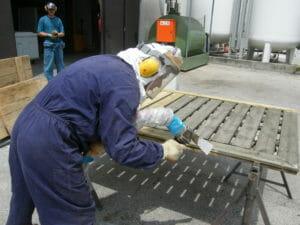 Operatore inizia il lavoro di sabbiatura con l'azoto 300x225 - Operatore inizia il lavoro di sabbiatura con l'azoto