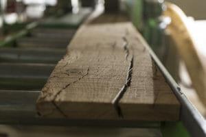 Tavola di rovere di recupero avviata al taglio 300x200 - Tavola di rovere di recupero avviata al taglio